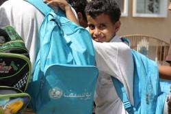 学用品が詰まったユニセフのスクールバッグが、教育支援の一環としてイエメンの子どもたちに提供されている。