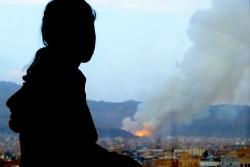 空爆により破壊された自分の家を見る少女(イエメン・サヌア、2015年4月撮影)※本文との直接の関係はありません。