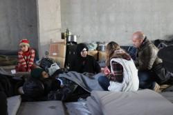 シリアのジブリーンにある大きな倉庫の中に身を寄せている家族。