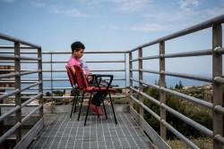 同伴者のいない子どもたちのための受け入れ施設で過ごす男の子(イタリア・シチリア)