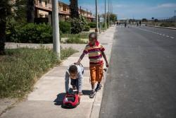 壊れた掃除機で遊ぶ難民の子どもたち(イタリア・シチリア)