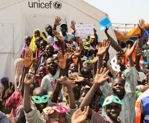ナイジェリア北東部のダロリ避難民キャンプで開催された「楽しい日」に参加した子どもたち。