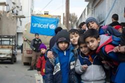 ユニセフがトラックで水を運搬しているダマスカス(シリア)の学校に通う子どもたち。(2017年1月4日撮影)
