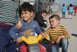 トルコ・ガジアンテップの難民キャンプで三輪車の競争をする男の子たち。(2017年1月16日撮影)