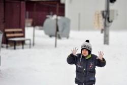 冷たくなった手を見せるシリア難民の男の子。