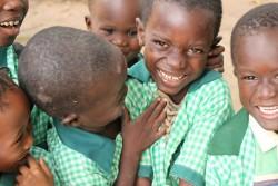 学校の制服を着たガンビアの子どもたち。
