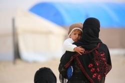 暴力から逃れ、難民キャンプに滞在する家族(シリア)