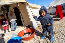 イラクのモスルから避難民キャンプに逃れてきた男の子。(2016年12月5日撮影)