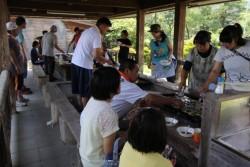 里親子支援「ふれあいサマーキャンプ」のバーベキューの様子(2014年7月開催)
