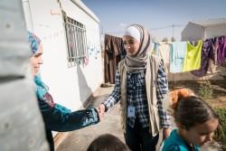 ヨルダンにあるザータリ難民キャンプで、シリア難民の家族を訪問するソーシャル・ワーカーの女性。(2017年1月19日撮影)