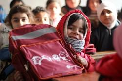 学校再開初日、ユニセフから配布された新しい学校鞄を見せる女の子。(2017年1月29日撮影)