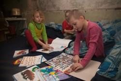 ドネツク市の防空壕の中で、ユニセフ教育キットを使って遊ぶ子どもたち。(2016年2月撮影)