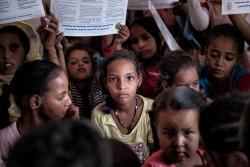 モーリタニアで行われたFGM/C根絶に向けた啓発キャンペーンを見つめる女の子