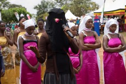 ウガンダで自らの経験を語るFGM/C被害者の女性。