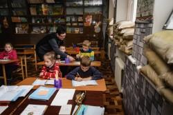 学校の授業風景。窓脇には砂袋が積まれている。(ウクライナ・ドネツク州)
