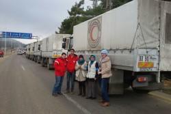 人道支援物資がチェックポイントを通過するのを確認するシリア赤新月社とユニセフのスタッフ