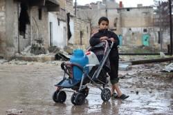 アレッポ東部にて家族のために水を運ぶ男の子。(2016年12月27日撮影)