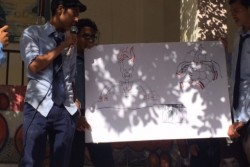 ユニセフの平和構築プログラムで平和について学んだ生徒が、周辺の学校で出前授業を行う様子。
