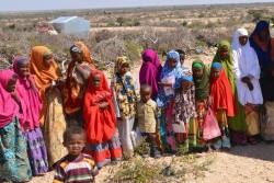 ソマリアの村の学校の前に集まる子どもたち(2015年8月撮影)