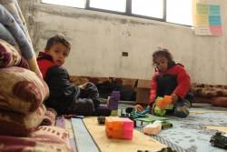 シリアのデリゾールから逃れ、建設途中の学校で生活する子どもたち。