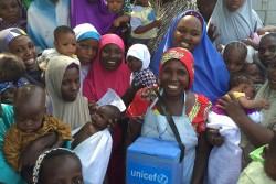ポリオの予防接種を行う保健員と、予防接種を受けた子どもたち。ユニセフはナイジェリアにおいてポリオの予防接種を実施している。