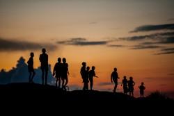 南スーダンの文民保護区で夕暮れの中遊ぶ子どもたち(2016年8月撮影)
