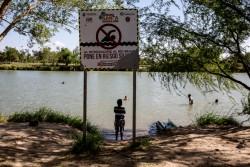 メキシコ、レイノサとアメリカ、テキサス州の国境線となっているリオ・グランデ川で泳ぐ子どもたち(2016年8月撮影)