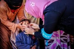 イエメンのサナアでポリオの予防接種を受ける子ども(2016年4月撮影)
