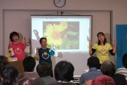 宮城県ユニセフ協会が2月25日に仙台市内で開催した講演会。ふじ幼稚園の鈴木園長先生(写真中央)は、園児だったお子さんを失ったご家族とともに、6年間の歩みをお話しくださいました。