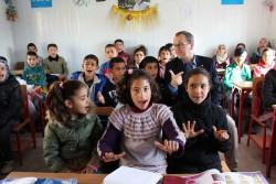 アレッポ東部の学校に通う子どもたちと話すユニセフ中東・北アフリカ地域事務所代表ヘルト・ カッペラエレ(2017年3月14日撮影)