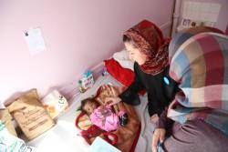病院で栄養不良に苦しむ男の子とユニセフ・イエメン事務所代表メリチェル・レラノ(イエメン・サナア)2017年1月17日撮影