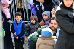 ギリシャの難民・移民一時収容施設近くで待つ家族(2016年2月撮影)
