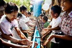 給水所で手を洗うミャンマーの子どもたち(2015年8月撮影)