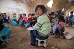シリア・ダラア市の仮設学校で勉強する子どもたち(2016年11月撮影)
