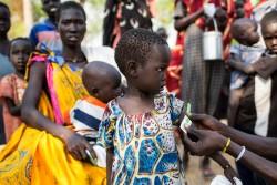 ユニセフの保健員による栄養不良の検査を受ける子どもたち(南スーダン)2017年2月25日撮影