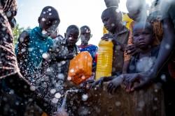国内避難民キャンプで給水タンクに水を汲む子どもたち(ナイジェリア・マイドゥグリ)2017年3月3日撮影