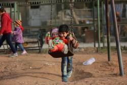爆撃のない日常を楽しむ子どもたち(2017年1月5日撮影))※本文との直接の関係はありません。