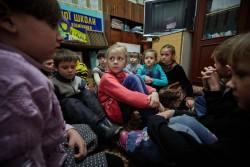 学校で砲撃時の避難訓練を行う子どもたち(ウクライナ・ドネツク州)2017年2月13日撮影