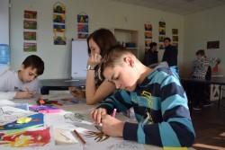 ユニセフが支援する青少年のためのクラブで、アートセラピーを受ける子どもたち(ウクライナ・マリウポリ)2017年4月4日撮影