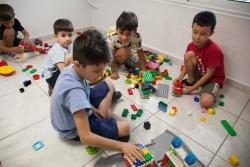 レゴ・ブロックで遊ぶギリシャの子どもたち。