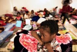 拘留施設の混み合った部屋に立つ子ども(リビア)2017年1月29日撮影