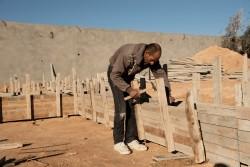 シリア難民のマフムードさん(44歳)。大工として働いている。
