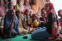 職業訓練を受けるナイジェリア難民の女の子たちを訪ねるマズーン・アルメレハンさん(チャド・ダルエスサラーム難民キャンプ)2017年4月19日撮影