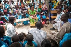 難民を含む800人の生徒が学ぶ学校を訪ねるマズーン・アルメレハンさん(チャド・ボル)2017年4月20日撮影