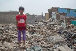 破壊された家の中に立つ女の子(イエメン・ラヒジュ)2016年8月撮影