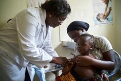 ユニセフの支援を受ける保健センターで、予防接種を受ける子ども(ケニア・ナイロビ)2016年9月撮影
