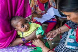 ポリオの予防接種を受ける子ども(インド・ガーズィヤーバード)2017年3月22日撮影