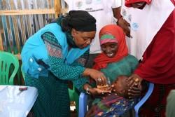 緊急支援キャンペーンで水と混ぜた駆虫剤を飲む子ども(ソマリア・バイドア)2017年3月24日撮影