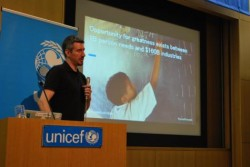 イノベーションの取り組みについて語る、ユニセフ本部イノベーション部門プリンシパル・アドバイザーのクリス・ファビアン
