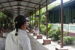 僧院に併設された学校の中を案内する男性